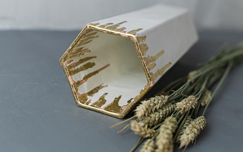 керамическая ваза с золотом в интерьер
